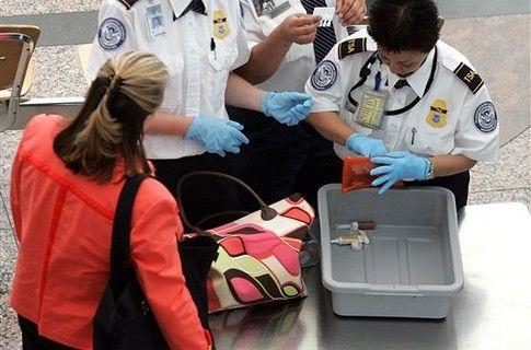 В США разрешат проносить на борт самолетов ножи и биты.